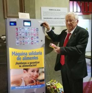 Padre Ángel, presidente de Mensajeros de Paz con la máquina solidaria