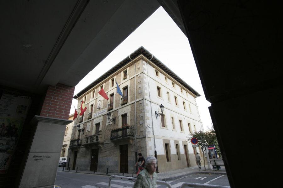 Un juez afirma que la Ley Foral de Símbolos faculta la colocación de otras banderas