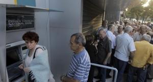 Jubilados griegos hacen cola frente a los bancos para cobrar su pensión