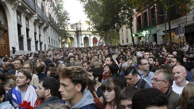 Centenares de personas guardan un minuto silencio en la embajada francesa en Madrid