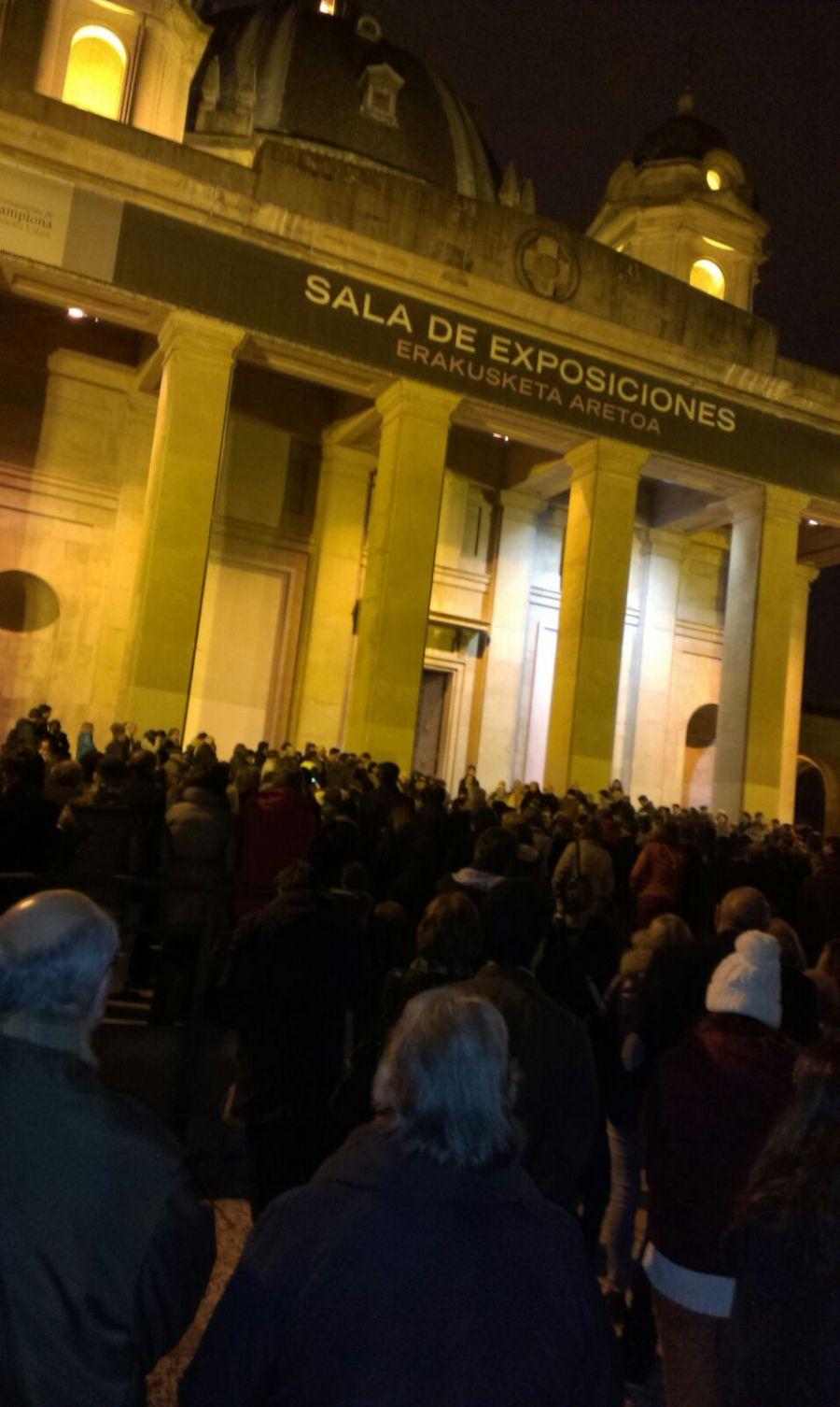 """Multitudinario """"rosario"""" en la Plaza Serapio Esparza por la """"profanación de la exposición"""" de Azcona"""