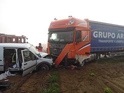 Fallece un hombre en Allo al colisionar una furgoneta y un camión