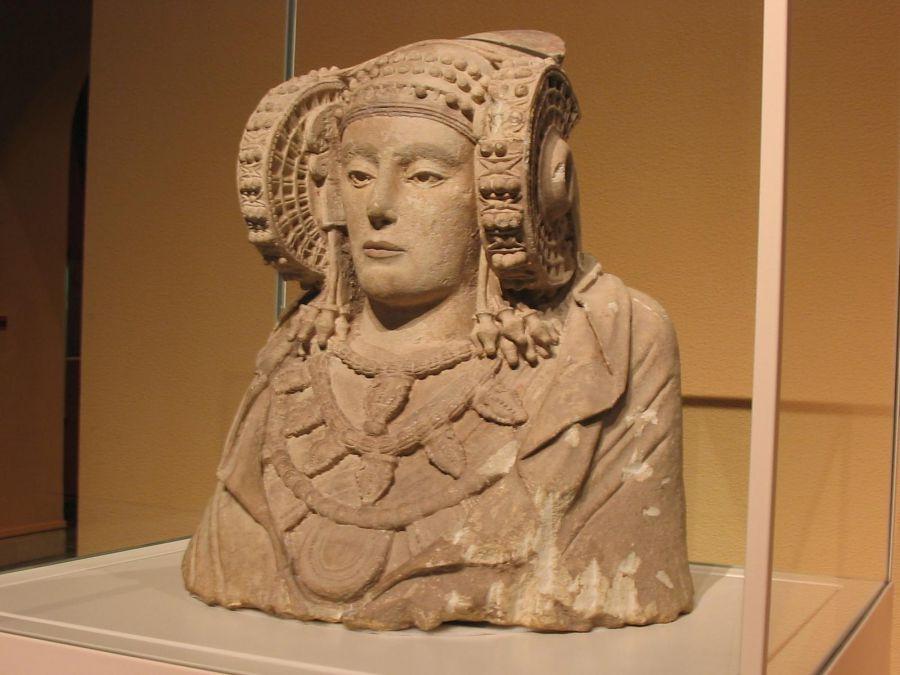 Familiares del descubridor de la Dama de Elche donan documentos y objetos personales a la Cátedra Dama de Elche