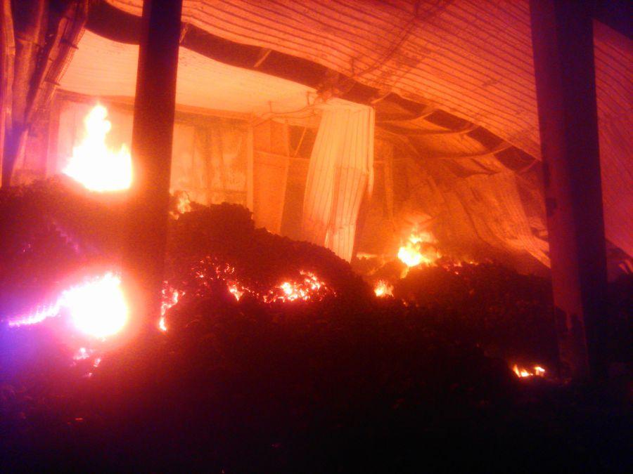 Un incendio destruye un almacén de la empresa Iberembal, de San Adrián, causando graves daños sin provocar heridos