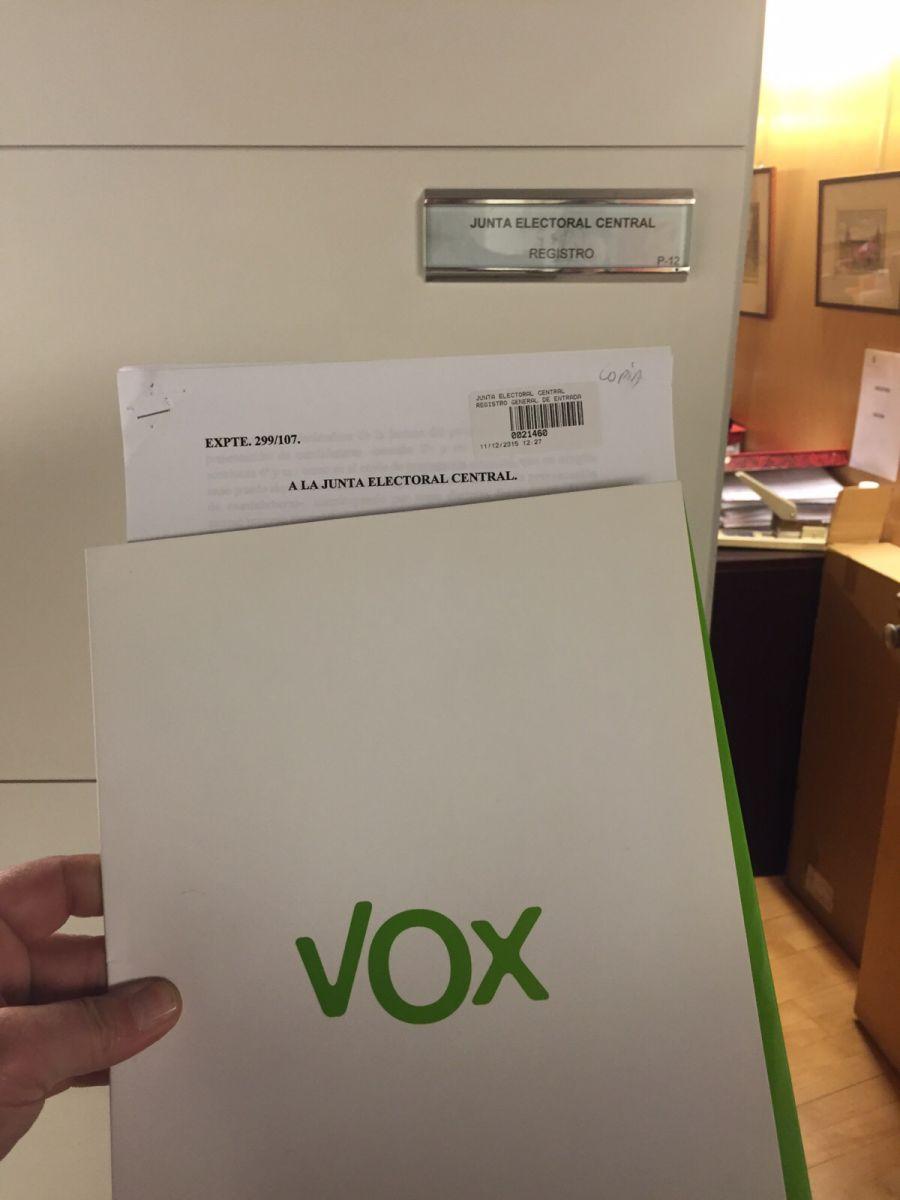 """20 D: VOX presenta un recurso ante la JEC por el uso de la bandera de España en sus """"sobres"""""""