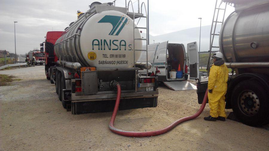 Trasvasada la mercancía peligrosa de un camión cisterna accidentado ayer en la A-21, en Aldunate