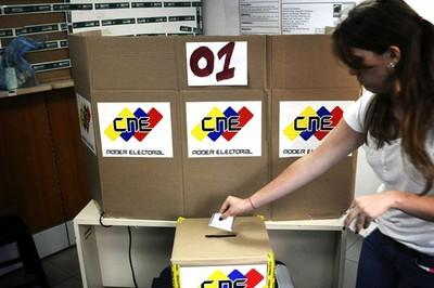 Abren los centros para la elección de 335 alcaldes y un gobernador en Venezuela