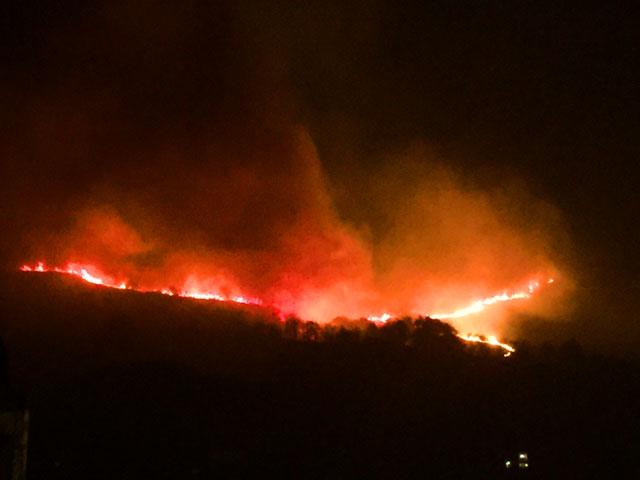 UME y medios terrestres y aéreos intentan sofocar un espectacular incendio en Igantzi