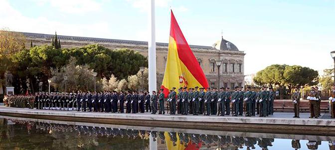 Posada y García Escudero presiden el izado de la bandera en la plaza de Colón