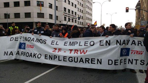 Miles de personas se manifiestan en contra de los despidos en TRW y en defensa del empleo en Navarra