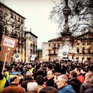 La manifestación contra los despidos  de TRW llena el centro.