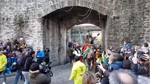 Pamplona se prepara para recibir Reyes Magos comprobando el puente levadizo