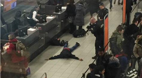 Detenido un británico por una falsa amenaza en el aeropuerto de Ámsterdam