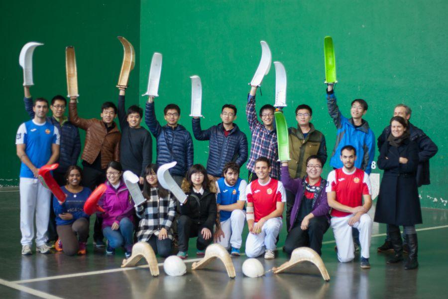 Estudiantes de China y Australia aprenden a jugar a pelota vasca en la Universidad de Navarra