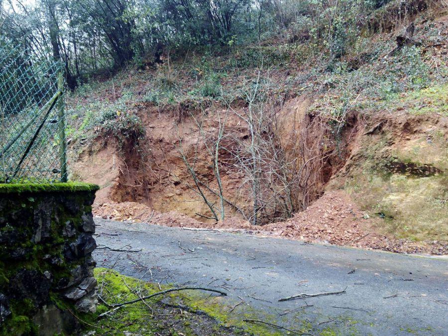 Desalojado un caserío de Bera al abrirse un gran socavón en las cercanías que ha obligado al cierre de la travesía