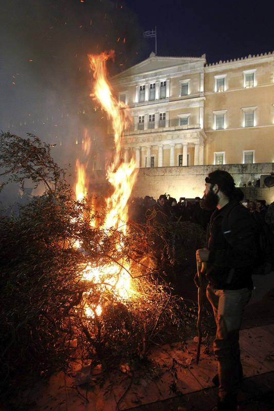 Miles de agricultores ocupan con tractores el centro de Atenas