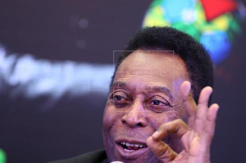"""El """"rey"""" Pelé subastará sus medallas, trofeos y hasta su corona"""