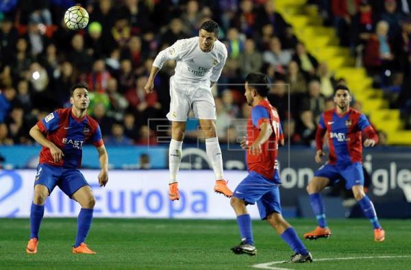 El Real Madrid tira de orgullo ante la falta de brillo
