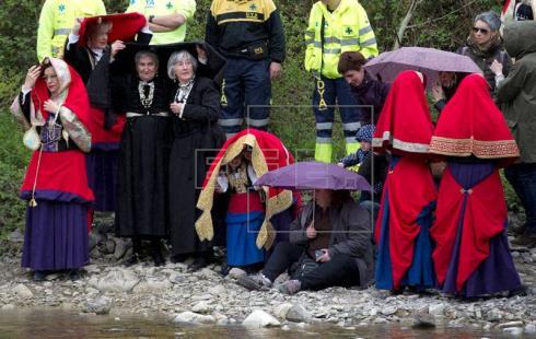 Las almadías vuelven a surcar el río en Navarra en una multitudinaria fiesta