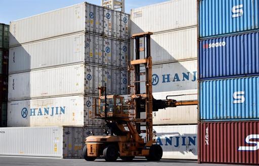 China registra en febrero un déficit comercial por primera vez en tres años