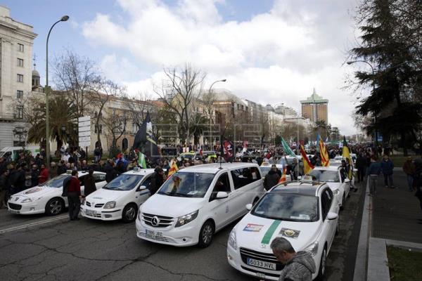 La guerra del taxi y Uber lleva al Gobierno y a Competencia a los tribunales