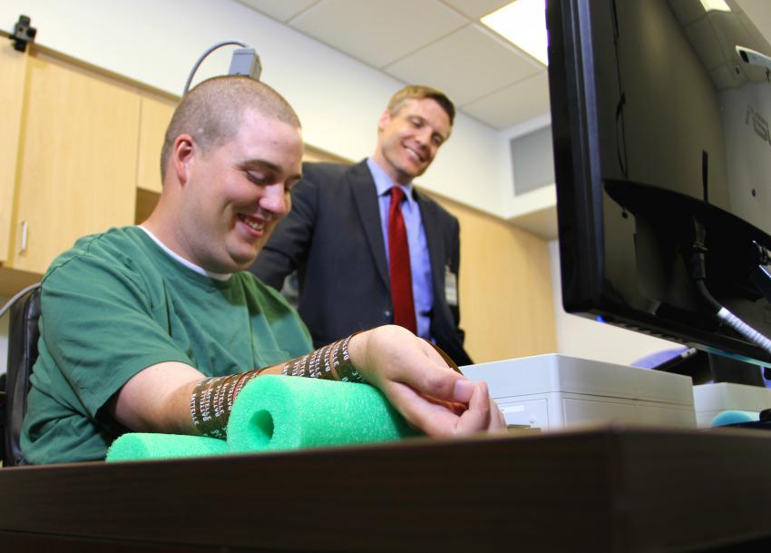 Un joven tetrapléjico recupera el control de una mano gracias a un chip implantado en su cerebro