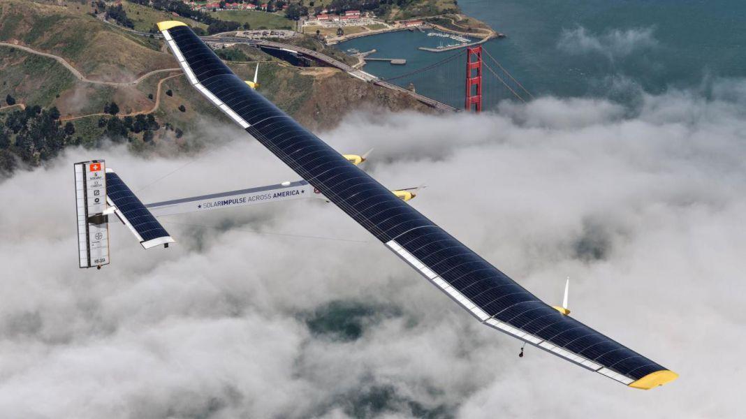 El avión solar Impulse llega a San Francisco tras atravesar el Pacífico
