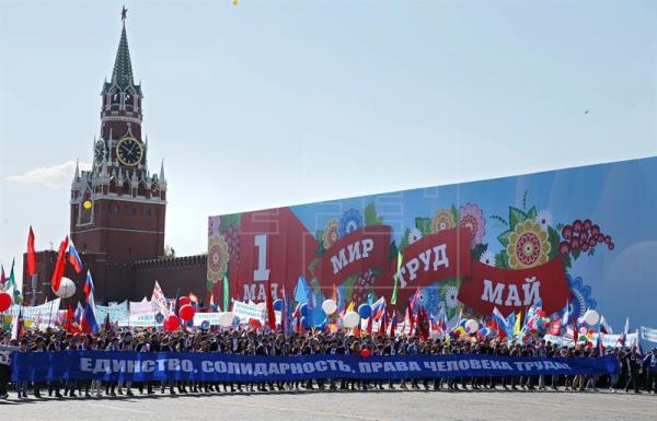 Unos 100.000 rusos marchan por la Plaza Roja por el 1º de Mayo