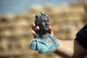 El director de la Unidad de Arqueología Marina de la Autoridad de Antigüedades de Israel (AAI), Jacob Sharvit, muestra dos de los objetos hallados en un pecio junto al puerto antiguo de Cesárea, en Israel, hoy, 16 de mayo de 2016. EFE