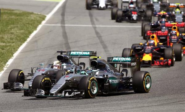 Los Mercedes quedan fuera de combate en la primera vuelta del GP de España