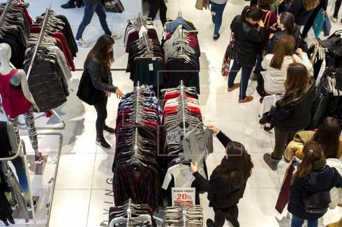 La confianza del consumidor cae por cuarto mes consecutivo