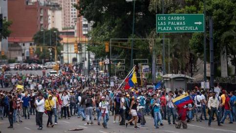 """Maduro usa gas lacrimógeno contra la oposición venezolana que pide se inicie el """"referendo revocatorio"""""""