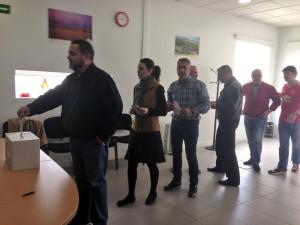 Afiliados votan en la sede de Berriozar .