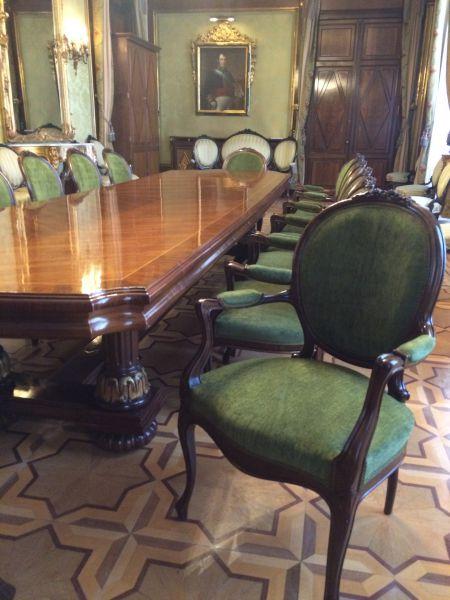 El tajo de tapicería de Pamplona restaura 14 sillas del Palacio de Navarra