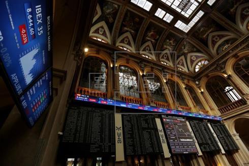 La Bolsa española mantiene los 8.700 puntos al subir el 0,45 %