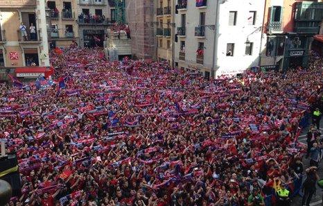 Miles de aficionados arropan a Osasuna en Pamplona