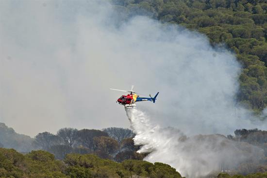 Los bomberos mantienen 27 dotaciones y 6 medios aéreos en el incendio de Blanes