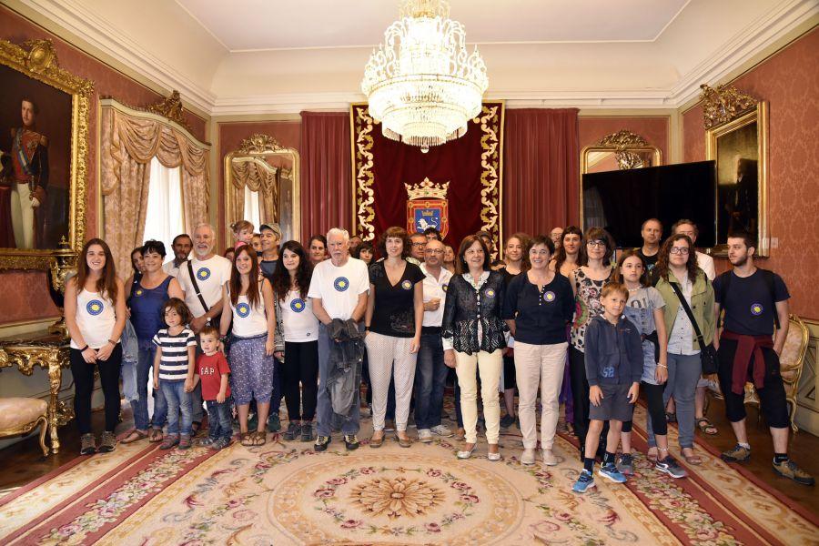 El Ayuntamiento recibe a los integrantes pamploneses de la 'Caravana a Grecia'