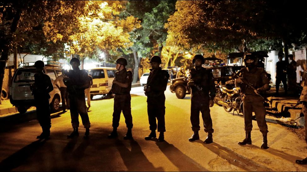 Al menos dos muertos en un ataque con toma de rehenes en un restaurante de Bangladesh