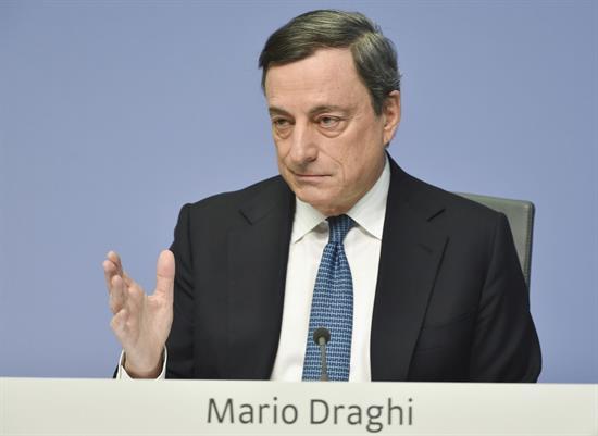 """Draghi avisa de que persisten """"incertidumbres"""" y es necesario mantener los estímulos"""