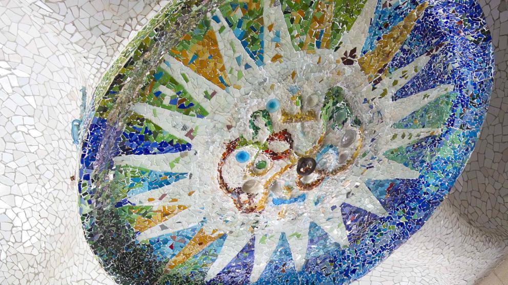 Barcelona restaura los grandes medallones de la Sala Hipóstila del Parque Güell