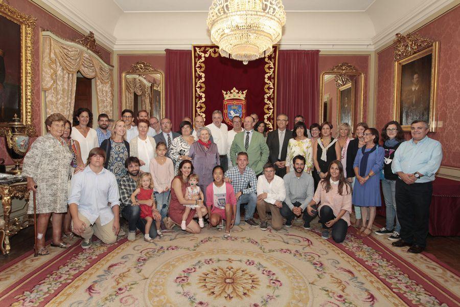 El Alcalde  entrega el pañuelo de Pamplona a Paulina Fernández, propietaria de la Churrería La Mañueta