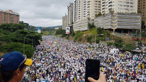 Miles de opositores se concentran en