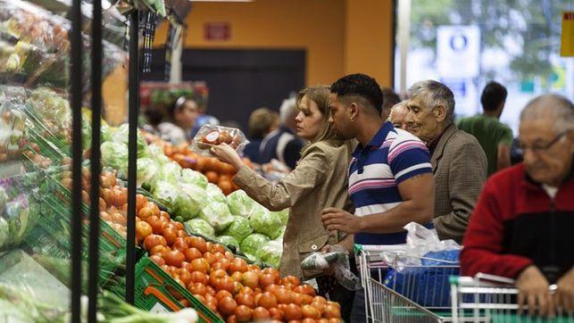 Llenar la cesta de la compra varía una media 947 euros según el supermercado
