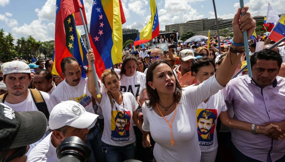 Un policía muerto y varios manifestantes heridos en la jornada de protesta contra Maduro