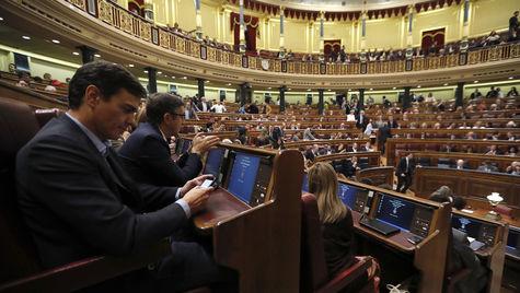 Sánchez y sus afines no aplauden durante el discurso del portavoz socialista