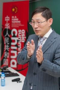 Ministro consejero de la Embajada de la República Popular China, Huang Yazhong,