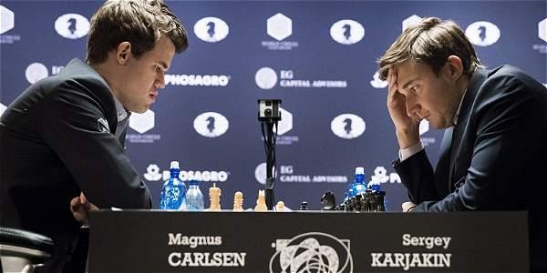 Carlsen sufre para hacer tablas en la novena, Karjakin sigue arriba