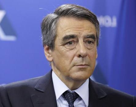 Dimite el portavoz de Fillon, que se queda sin apoyos en su equipo de campaña