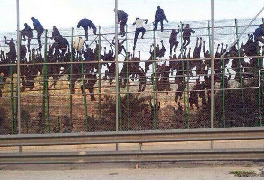 Entran en Ceuta un total de 67 inmigrantes tras un asalto masivo a la valla fronteriza